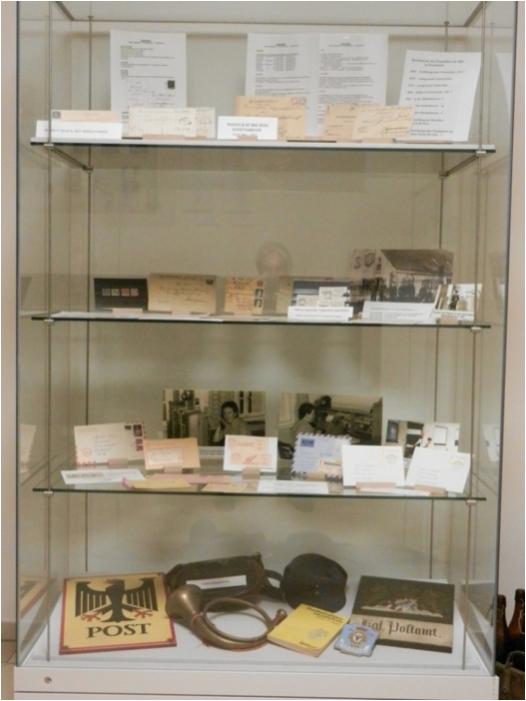 Standvitrine im Rathaus mit Infos zur Postgeschichte